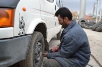 LASTİK TAMİRCİSİ - Şuhut'ta Kış Lastiği Uygulama Hareketliliği Başladı