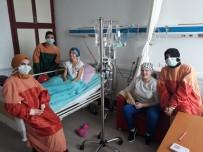 MEME KANSERİ - Genç Üniversiteliler Lösemi Hastası Çocukların Yüzünü Güldürdü