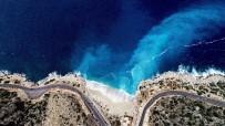 SAHİL YOLU - Vadiden İnen Tatlı Su, Deniz Suyuyla Karıştı Renk Turkuaza Döndü