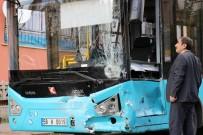 SIVAS CUMHURIYET ÜNIVERSITESI - Ehliyetsiz Sürücünün Kullandığı Otomobil, Halk Otobüsüne Çarptı