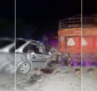 Otomobil römorka çarptı: 2 Ölü