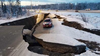 Alaska'da Şiddetli Deprem Açıklaması Yollar Çöktü, Binalarda Çatlaklar Oluştu