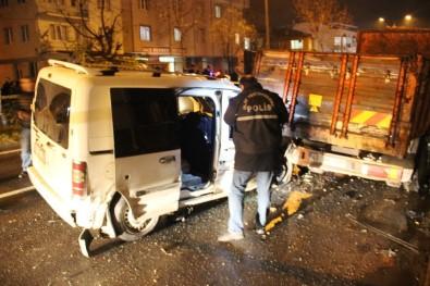Kamyonet Park Halindeki Araçlara Çarptı Açıklaması 1 Ölü, 1 Yaralı