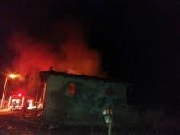 Manisa'da İki Katlı Ahşap Ev Kül Oldu