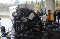 YEŞILKENT - Minibüs Tıra Çarptı, Sürücü Araçta Sıkıştı