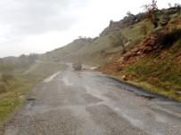 Tonlarca Ağırlığındaki Kayalar Karayoluna Düştü