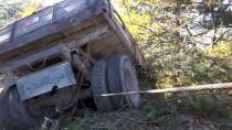 AHMET SARı - Freni Tutmayan Traktör Çam Ağacına Çarptı Açıklaması 2 Yaralı