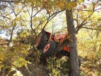 AHMET SARı - Odun Yüklü Traktör, Ağaçlara Çarparak Durabildi Açıklaması 2 Yaralı
