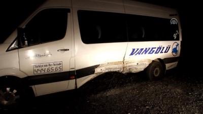 Otomobille minibüs çarpıştı: 1 ölü, 18 yaralı