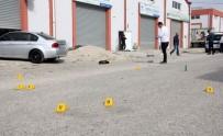 ALACAK VERECEK MESELESİ - Adana'da Sokak Ortasında Çatışma Açıklaması 1 Ölü, 4 Yaralı