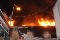 SÜPERMARKET - Ayvalık'ta Ahşap Evde Çıkan Yangın Paniğe Neden Oldu