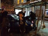 Kontrolden Çıkan Otomobil Otobüs Durağına Daldı Açıklaması 3 Yaralı