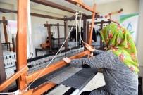 Ev Hanımları Halı Dokuyarak Ev Ekonomisine Katkı Veriyor