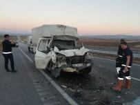 Kamyonet Kamyona Arkadan Çarptı Açıklaması 2 Yaralı