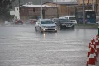 Sağanak yağış sürücülere zor anlar yaşattı