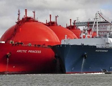 Petrol tankeri ve askeri fırkateyn çarpıştı