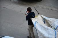 Bali Çekerek İşe Çıkan Kağıtçı Çocuk Şoke Etti