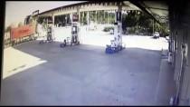 Otomobilin Akaryakıt İstasyonuna Çarpması Güvenlik Kamerasında