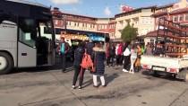 Sürücünün El Frenini Çekmeyi Unuttuğu Otobüs Bariyerlere Çarptı