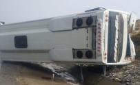 YOLCU MİDİBÜSÜ - Bingöl'de Midibüs Devrildi Açıklaması3 Yaralı