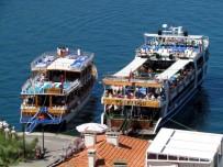 GEZİ TEKNESİ - Çeşme'deki Günübirlik Tur Teknelerinin Barınma Sıkıntısı