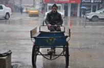 CENGIZ TOPEL - Yüksekovalı 63 Yaşındaki Kurşun, Soğuk Havalara Rağmen Çalışıyor