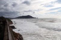 RÜZGARA KARŞı - Alanya'da Dev Dalgalar Oluştu, Denizin Rengi Kahverengiye Dönüştü