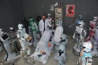 ROBOTLAR - Sahneden düşerek parçalanan robot onarıldı