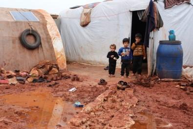 Suriye'deki kamplar çamur içinde