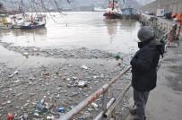 BALIKÇI ESNAFI - Derelerin Getirdiği Çöpler Limana Doldu