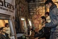 DEFİLE - Türk Modacıdan Viyana'da Evsizler İçin Defile