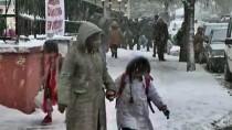 Ardahanlı Çocuklar Kar Yağışını Eğlenceye Dönüştürdü