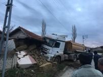 Hafriyat Kamyonu Köydeki Depoya Daldı