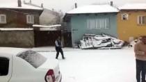 KAR TOPU - İzmir'de Kar Yağışı