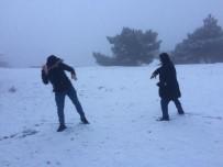 KAR TOPU - İzmirliler Yıllar Sonra Karla Hasret Giderdi