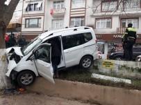 SAĞLIK EKİPLERİ - Kontrolden Çıkan Hafif Ticari Araç Ağaca Çarptı Açıklaması 1 Yaralı