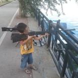 Tabancayla Oynarken Babasını Öldüren Çocuğun Tüfekli Fotoğrafı Ortaya Çıktı