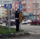KIRMIZI IŞIK - Yön Tabelasının Arkasına Gizlenerek Video Çeken Polise Sürücüler Tepki Gösterdi