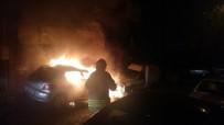 YANGINA MÜDAHALE - Bahçelievler'de Park Halinde Otomobil Alev Alev Yandı