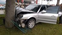112 ACİL SERVİS - Kontrolden Çıkan Otomobil Refüjdeki Ağaca Çarptı