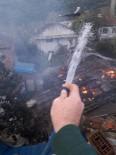 YANGINA MÜDAHALE - Köylülerin Çabası Yetersiz Kaldı, Ahşap Ev Tamamen Yandı