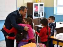 Öğrenciler, Vali Sonel'e Sevgilerini Sarılarak Gösterdi