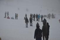 KAR KALINLIĞI - Uludağ'da Kayak Pistleri Sis Sebebiyle Boş Kaldı