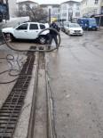 Kaynarca'da SASKİ Ekipleri Mazgalları Temizledi