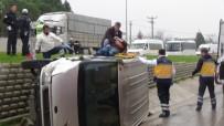 HIKMET ŞAHIN - Minibüs Su Kanalına Uçtu Açıklaması 1 Yaralı