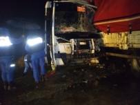 ÖĞRENCİ SERVİSİ - Öğrenci Servisi İle Kamyon Çarpıştı Açıklaması 15 Yaralı