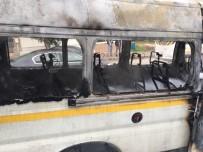 İLK MÜDAHALE - (ÖZEL) Seyir Halindeki Servis Minibüsü Alev Aldı, İlk Müdahale Vatandaşlardan Geldi