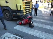 Ambulansa Yol Vermeye Çalışan Motosikletli Genç Kıza Kamyon Çarptı