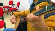 Görme Engelli Kadir, 'Bağlama' İle Yaşama Tutundu