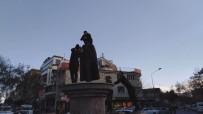 TRAFİK POLİSİ - 'Babam' Diye Sarıldığı Atatürk Heykeline Yine Çıktı